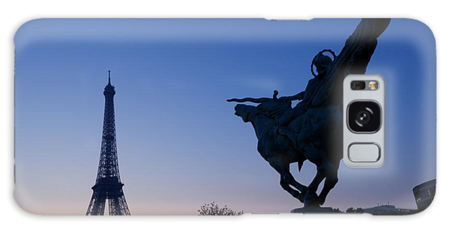 Architecture Galaxy S8 Case featuring the photograph The Eiffel Tower And Joan Of Arc Statue At Sunrise by Oscar Gutierrez