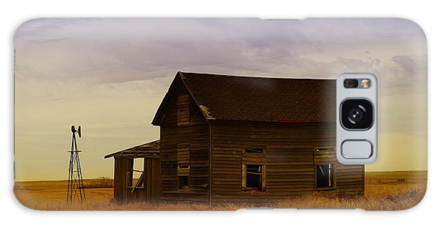 Farm Houses Galaxy S8 Case featuring the photograph The Shambles Of Dreams Gone By by Jeff Swan