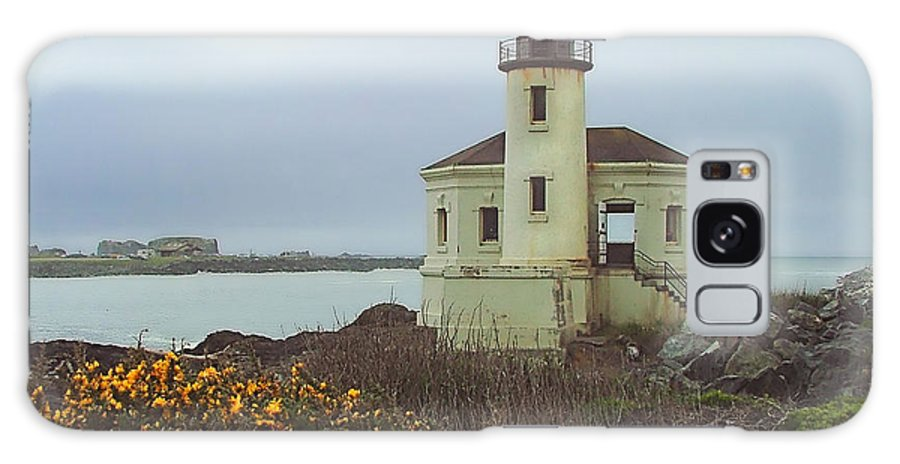 Lighthouse Galaxy S8 Case featuring the photograph Coquile Lighthouse by Wendy McKennon