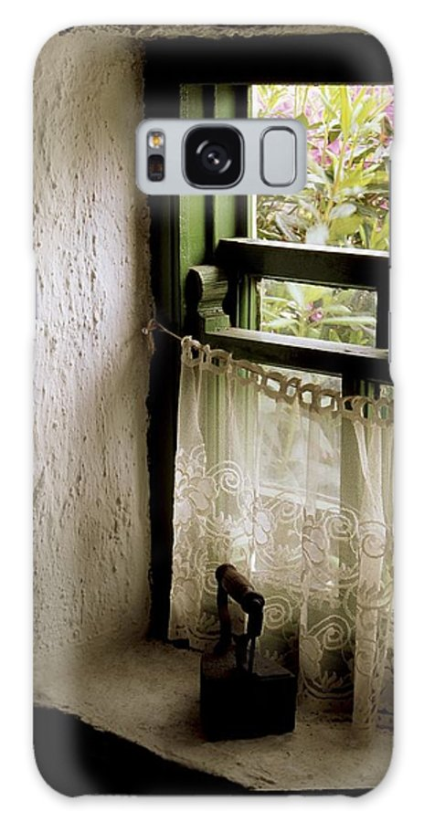 Architecture Galaxy S8 Case featuring the photograph County Kerry, Ireland Cottage Window by Richard Cummins
