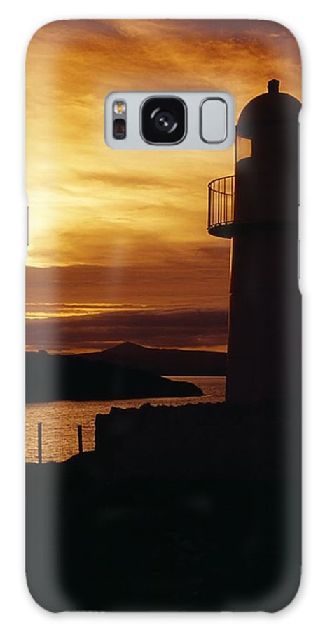 County Kerry Galaxy S8 Case featuring the photograph Dingle Lighthouse, Dingle Peninsula by Richard Cummins