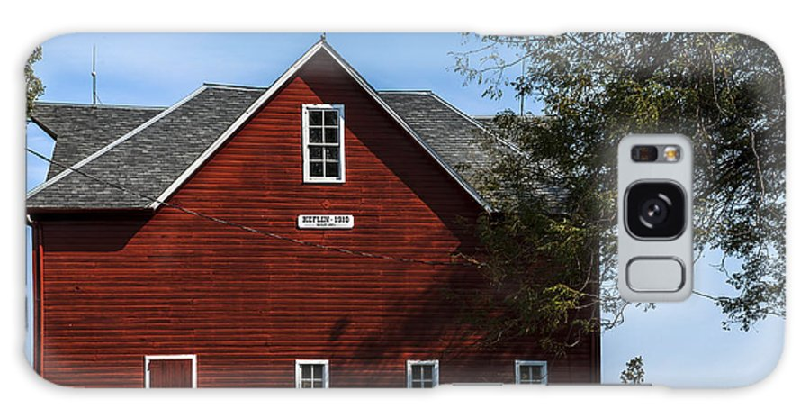 Barns Galaxy S8 Case featuring the photograph Heflin Barn Headon by Edward Peterson