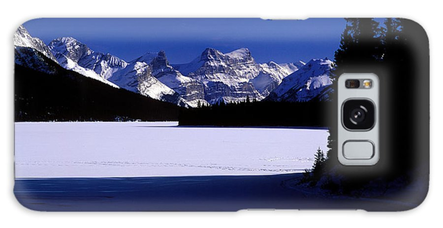 Maligne Lake Galaxy S8 Case featuring the photograph Jasper - Maligne Lake In Winter by Terry Elniski