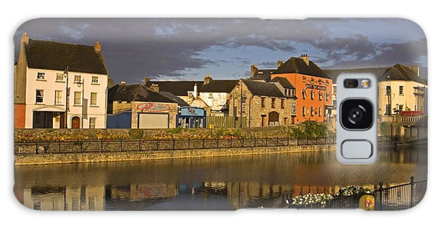 Architectural Exteriors Galaxy S8 Case featuring the photograph Johns Quay & River Nore, Kilkenny City by Richard Cummins