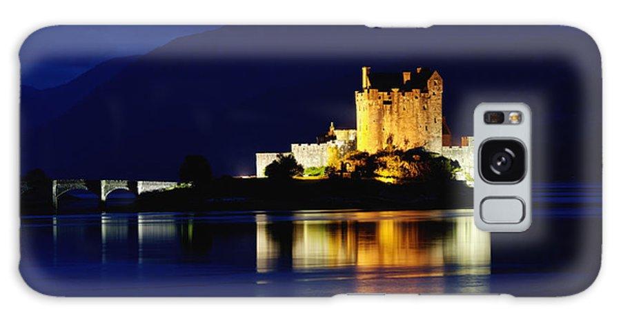Eilean Galaxy S8 Case featuring the photograph Night Falls On Eilean Donan Castle - D002114 by Daniel Dempster
