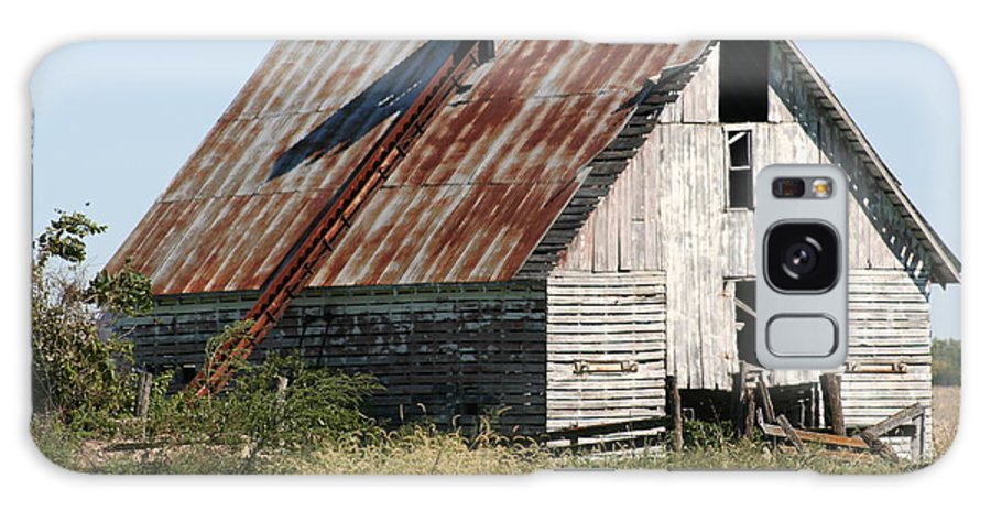 Barn Galaxy S8 Case featuring the photograph Ol Barn 32 by Roger Look