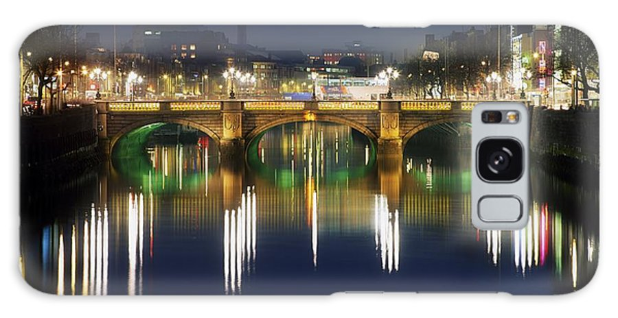 Baile �tha Cliath Galaxy S8 Case featuring the photograph River Liffey At Night, Oconnell Street by The Irish Image Collection