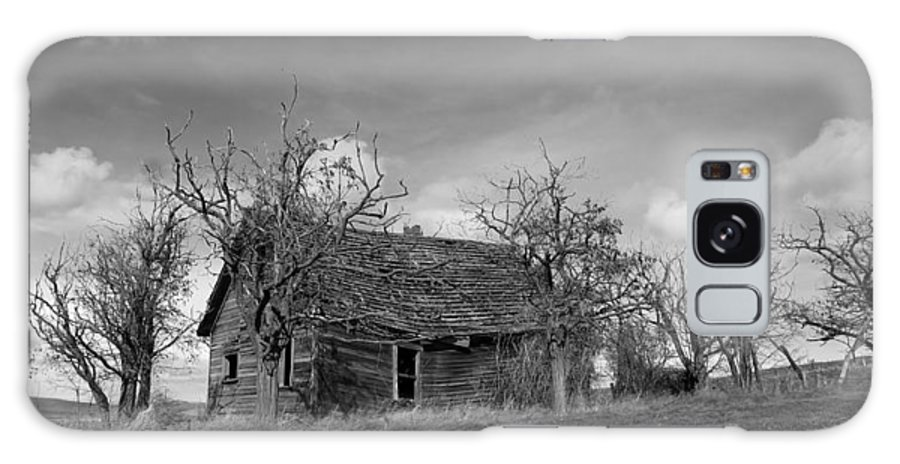 Barnwood Galaxy S8 Case featuring the photograph Vintage Farm House by Steve McKinzie