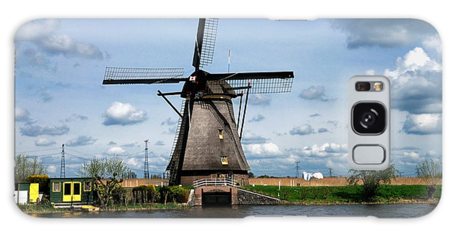 Kinderdijk Galaxy S8 Case featuring the photograph Kinderdijk Windmill by Soon Ming Tsang