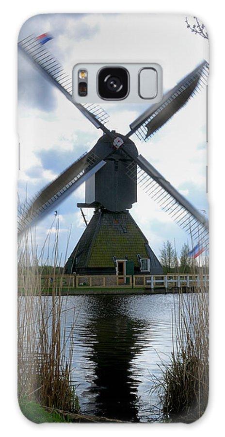 Kinderdijk Galaxy S8 Case featuring the photograph Kinderdijk Windmill by Soon Ming Tsang