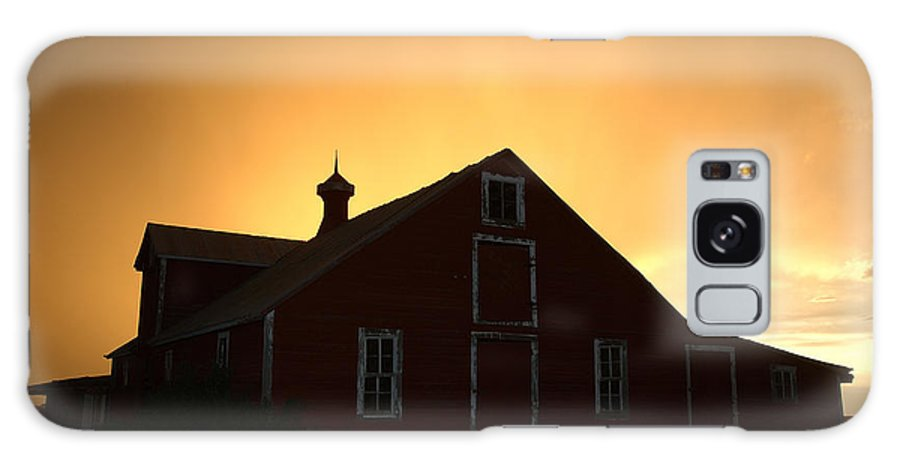 Barn Galaxy S8 Case featuring the photograph Barn At Sunset by Jerry McElroy