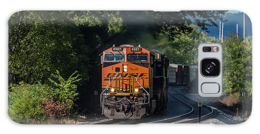 Train Galaxy S8 Case featuring the photograph Bnsf Coming Around The Curve by Thomas Visintainer