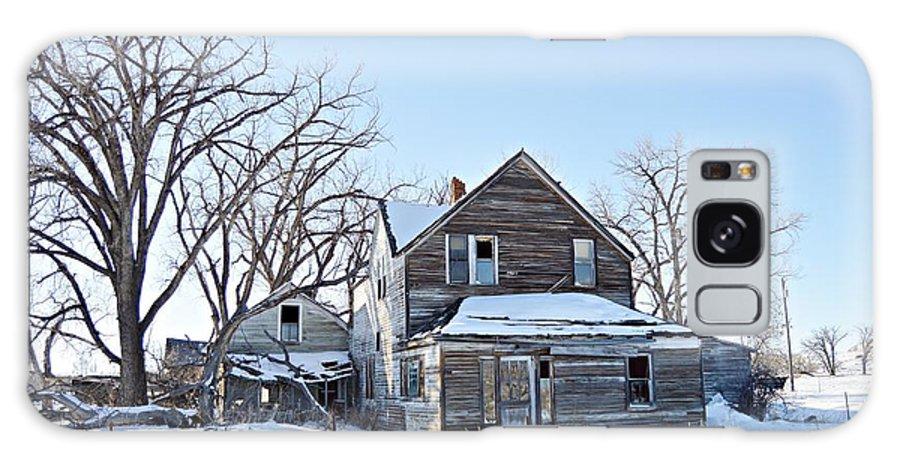 Eastern Montana Farmhouse Galaxy S8 Case featuring the photograph Eastern Montana Farmhouse by Chalet Roome-Rigdon