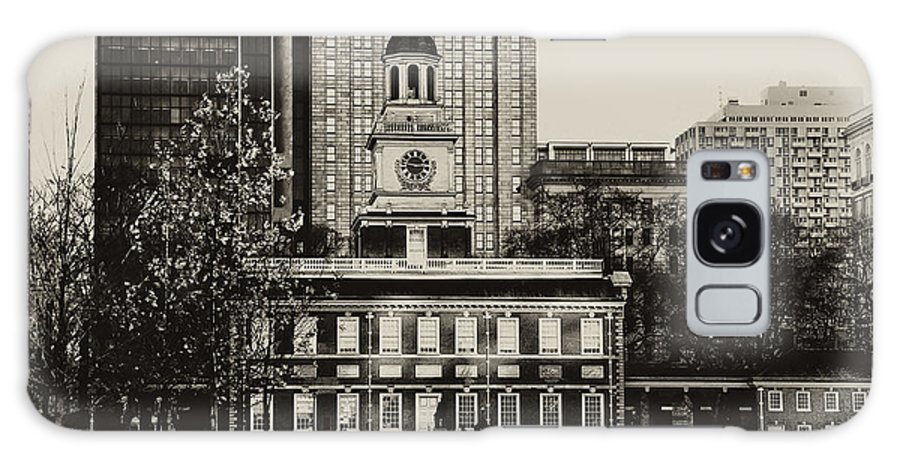 Philadelphia Galaxy S8 Case featuring the photograph Independence Hall by Bill Cannon