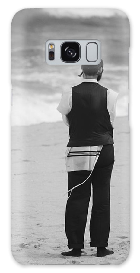Black And White Galaxy S8 Case featuring the photograph Man And The Sea by Rob Hans