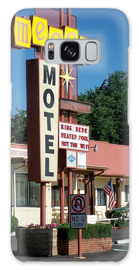 Vintage Motel Signs Galaxy S8 Case featuring the photograph Mecca Motel by Anita Burgermeister