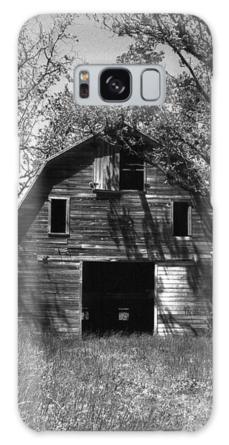 Barrns Galaxy S8 Case featuring the photograph Old Cedar Barn by Richard Rizzo
