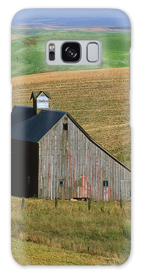 Palouse Galaxy S8 Case featuring the photograph Old Palouse Barn by Sandra Bronstein