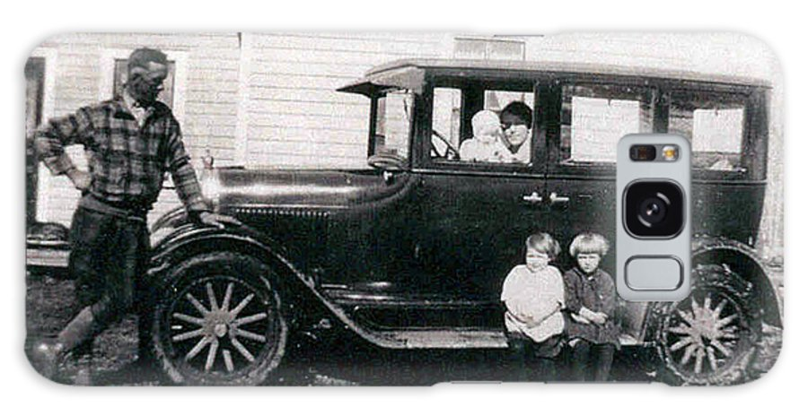 Black And White Photo Old Car Classic 1927 Kids Children Homestead Family Pioneers Prairies Galaxy S8 Case featuring the photograph The Family Car by Andrea Lawrence