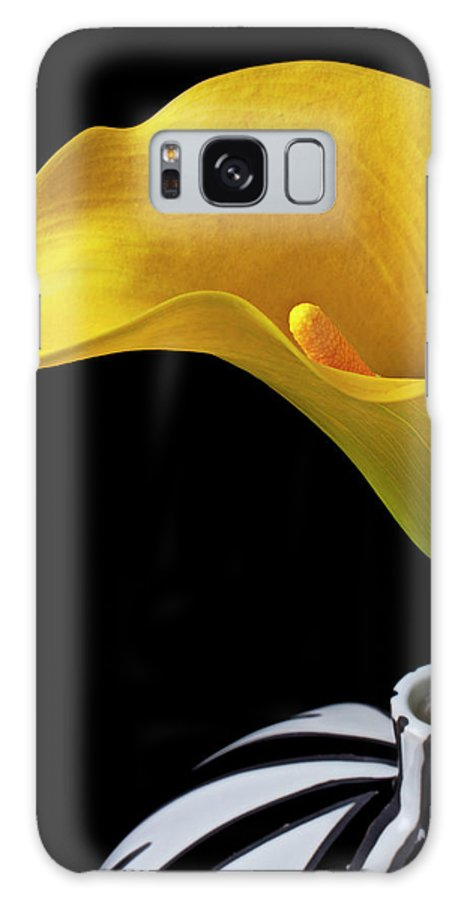 Yellow Calla Lily Black White Vase Galaxy S8 Case featuring the photograph Yellow Calla Lily In Black And White Vase by Garry Gay