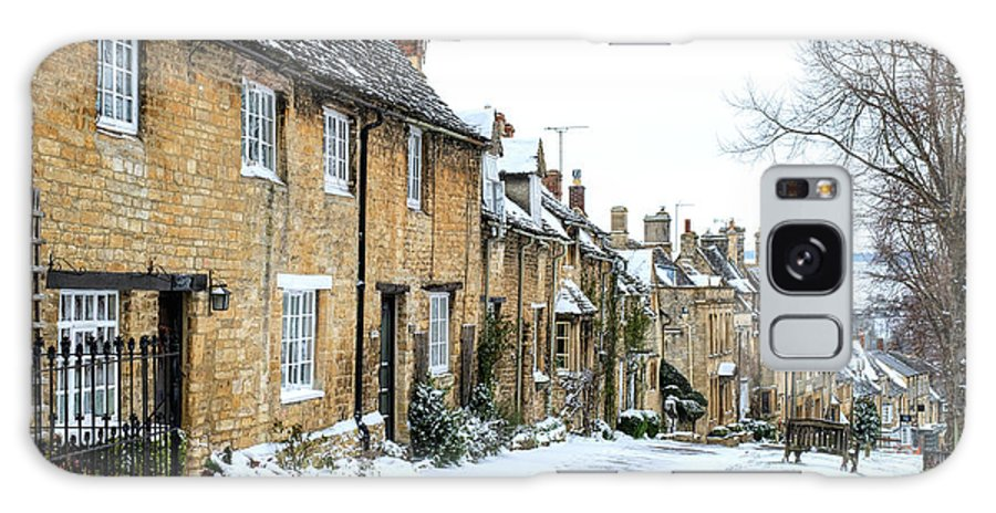Cottages Galaxy S8 Case featuring the photograph Burford Cottages In The Snow by Tim Gainey