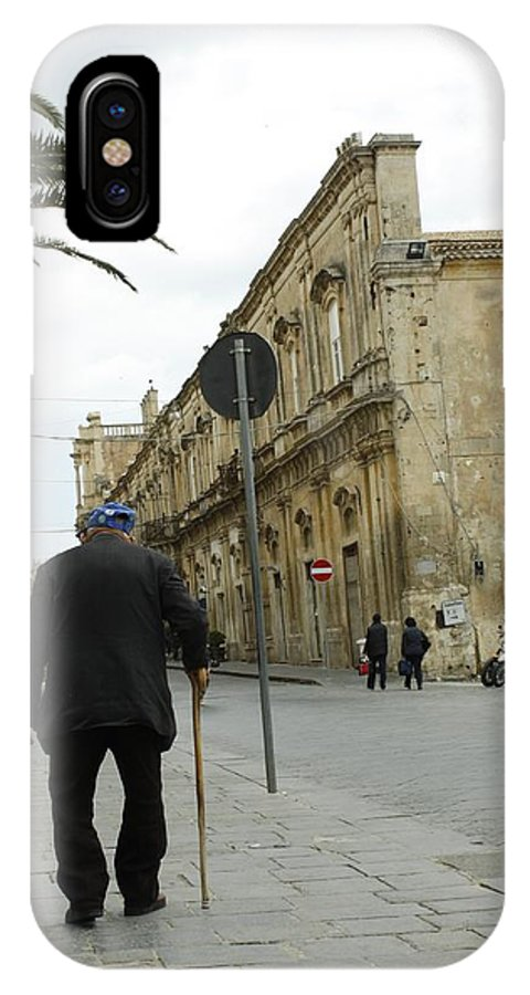 Noto IPhone X / XS Case featuring the photograph I'm In No Rush by Donato Iannuzzi