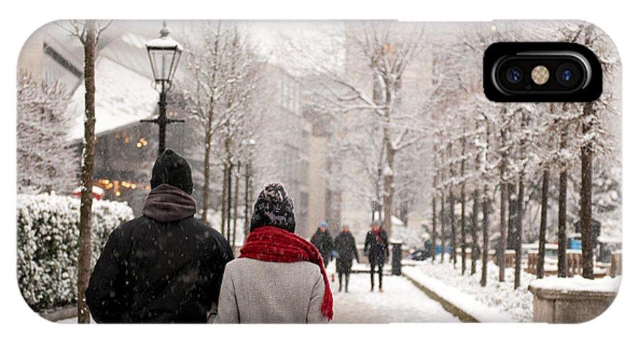 Couple IPhone X / XS Case featuring the photograph Winter In London by Wojciech Olszewski