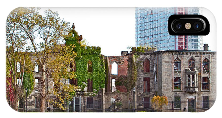 New York City Water View Ivy Rundown Decrepit Building IPhone X Case featuring the photograph Run Down Ivy by Alice Gipson