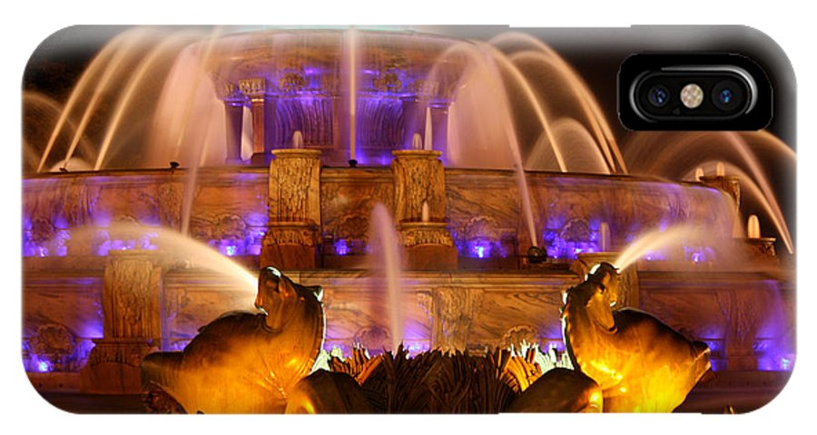 Buckingham Fountain IPhone X Case featuring the photograph Buckingham Fountain At Night by Laura Kinker