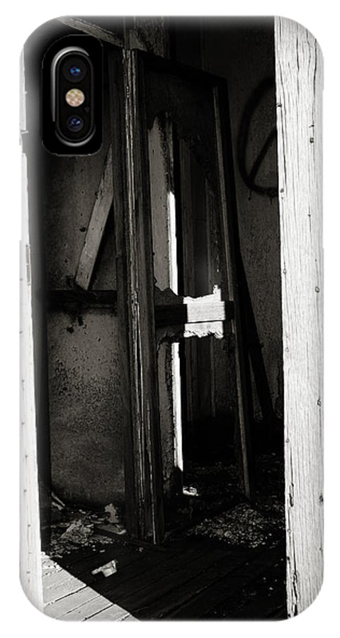 Georgia Artist IPhone X Case featuring the photograph Doorway In Cuervo by Patricia Montgomery