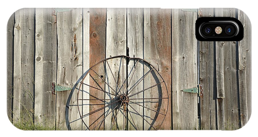 Wagon IPhone X Case featuring the photograph Wagon wheel - Londonderry New Hampshire by Erin Paul Donovan