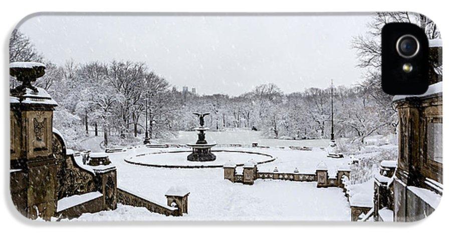 Bethesda Fountain IPhone 5 Case featuring the photograph Bethesda Fountain In Central Park by Susan Candelario
