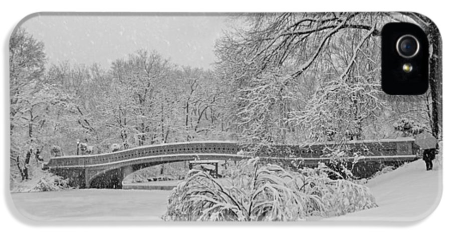 Bow Bridge IPhone 5 / 5s Case featuring the photograph Bow Bridge In Central Park During Snowstorm Bw by Susan Candelario
