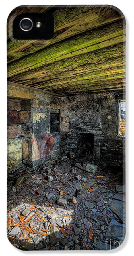 Dinorwic IPhone 5 Case featuring the photograph Derelict Cottage by Adrian Evans