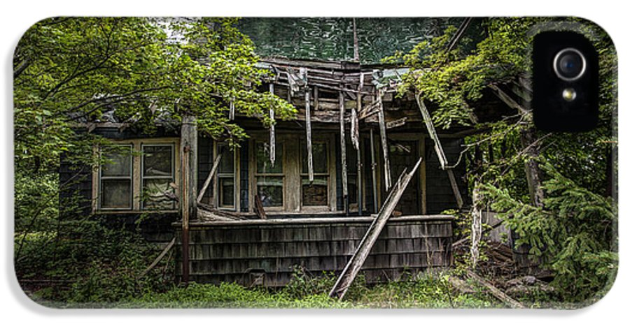 Abandoned House IPhone 5 Case featuring the photograph It Was Once Christmas Here by Gary Heller