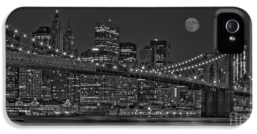 Brooklyn Bridge IPhone 5 Case featuring the photograph Moonrise Over The Brooklyn Bridge Bw by Susan Candelario