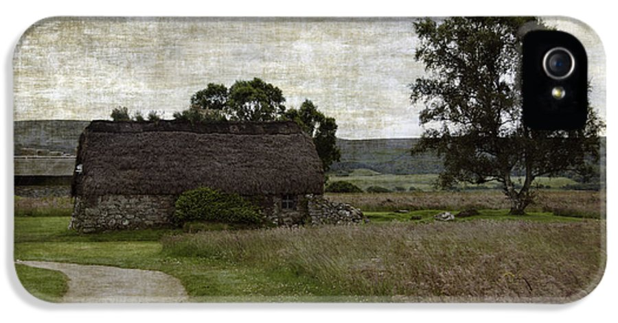 Thatched Roofed IPhone 5 Case featuring the photograph Old House In Culloden Battlefield by RicardMN Photography
