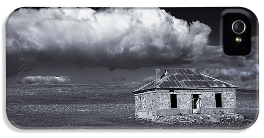 Ruin IPhone 5 Case featuring the photograph Outback Ruin by Mike Dawson