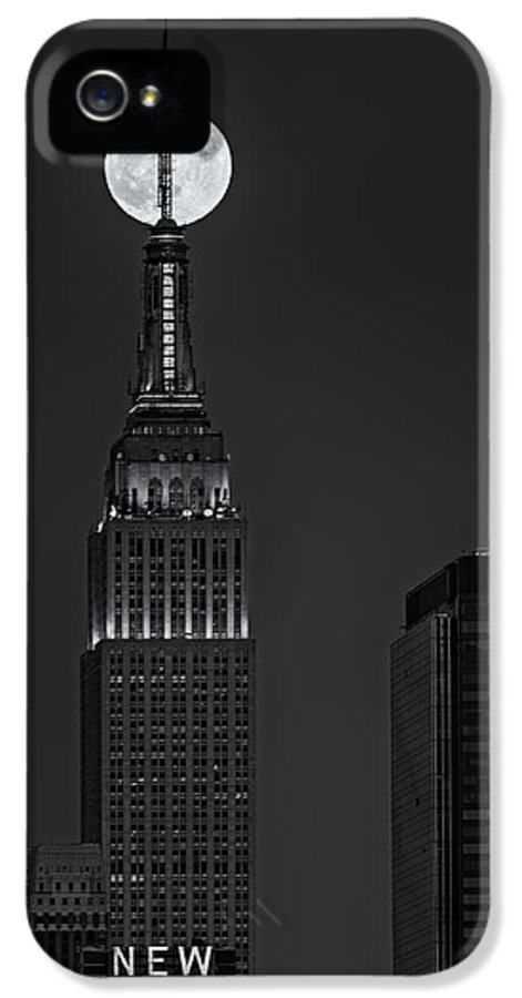 Big Apple IPhone 5 Case featuring the photograph Super Moon In An Empire State Of Mind Bw by Susan Candelario