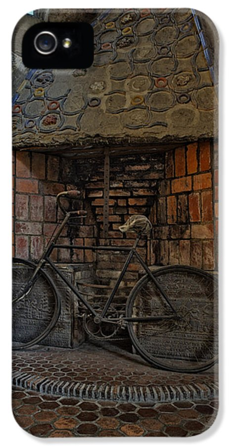 Byzantine IPhone 5 Case featuring the photograph Vintage Bicycle by Susan Candelario