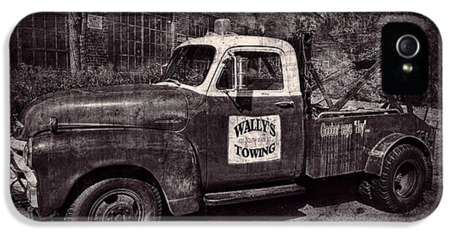 Wally's Towing IPhone 5 Case featuring the photograph Wally's Towing Bw by David Arment