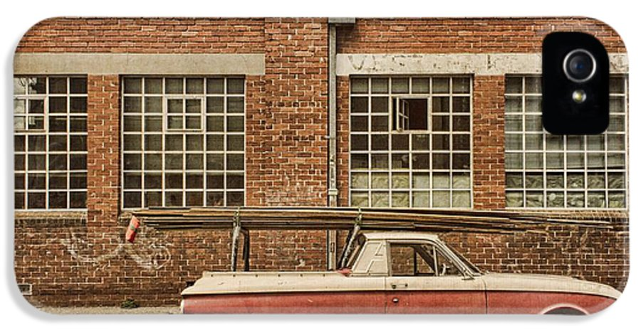 Building IPhone 5 Case featuring the photograph Working Class by Andrew Paranavitana