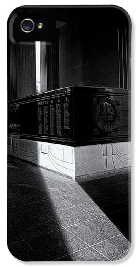Saint Louis Soldiers Memorial IPhone 5 / 5s Case featuring the photograph Saint Louis Soldiers Memorial Black And White by Joshua House