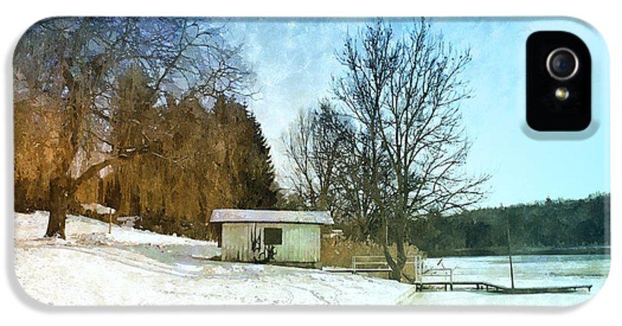 Photo IPhone 5 Case featuring the photograph Snowy Beach by Jutta Maria Pusl