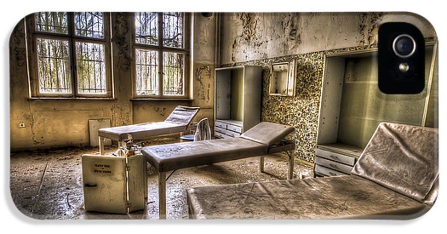 Window IPhone 5 / 5s Case featuring the photograph Three Beds Horror by Nathan Wright
