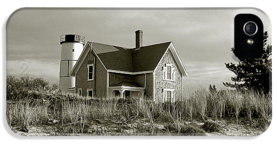 Sandy Neck IPhone 5 Case featuring the photograph Sandy Neck Lighthouse by Charles Harden
