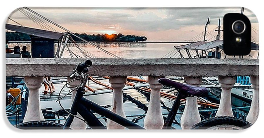 Bike IPhone 5s Case featuring the photograph Traveller's point by Dynz Abejero