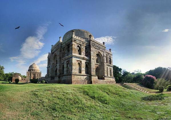 Horizontal Poster featuring the photograph Delhi - Lodhi Gardens Tombs by par Etienne Cazin