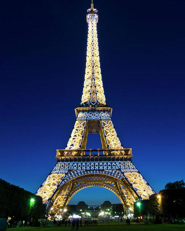 A picture of the eiffel tower in paris
