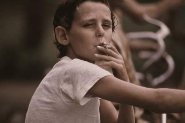 jugendliche-jungen-die-zigaretten-rauchen